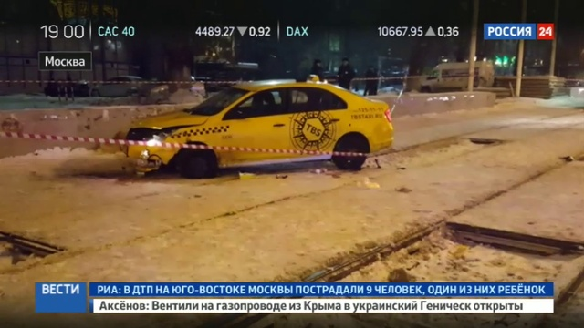Новости на Россия 24 • На шоссе Энтузиастов такси въехало на остановку