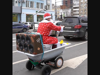 Дед Мороз доставляет подарки в ванне
