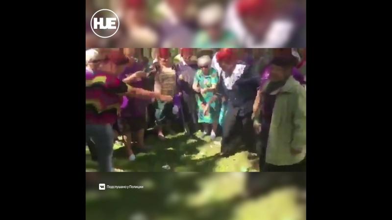 Бабульки во дворе «разделались» с Дуровым