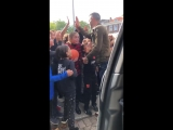 Робин ван Перси остановился около школы в родном Роттердаме, чтобы раздать детишкам пятюнь