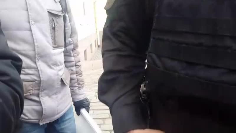 Сторонники бессрочного протеста в Санкт-Петербурге вышли с одиночными пикетами к зданию конституционного суда.