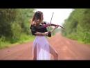 Красивая девушка Caitlin De Ville красиво играет на скрипке.mp4