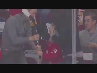 Александр Овечкин подарил детям свои клюшки перед игрой [NR]