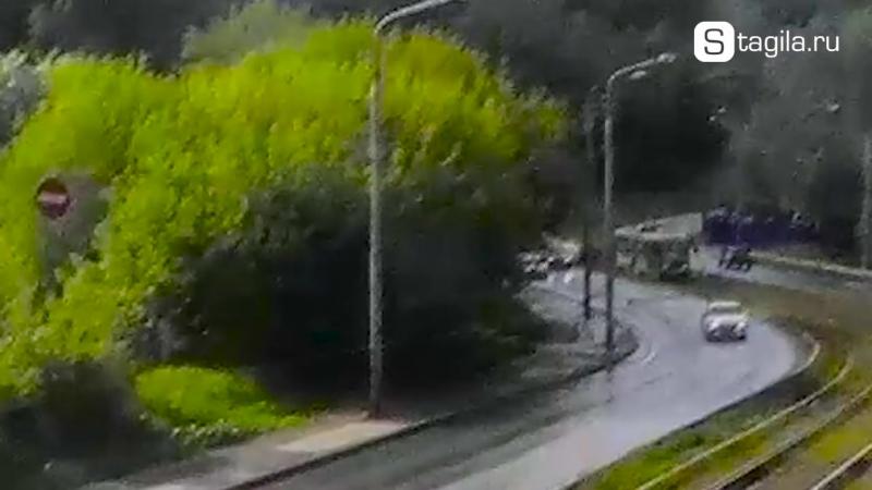 В Нижнем Тагиле ВАЗ вылетел на трамвайные пути