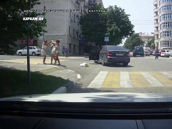 В Новороссийске женщина -пешеход и автоледи не поделили дорогу и подрались