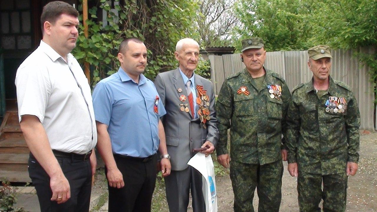 Военнослужащие ЛНР поздравили ветеранов Лутугинского района