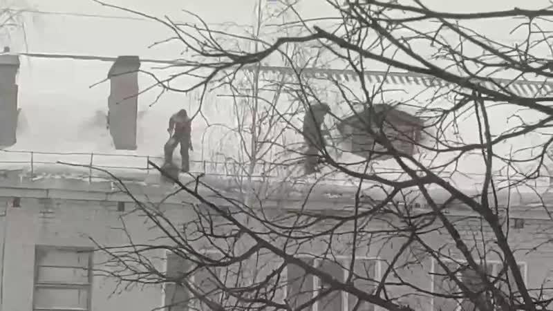 В Коминтерне двое рабочих без страховки в сильный ветер чистили крышу