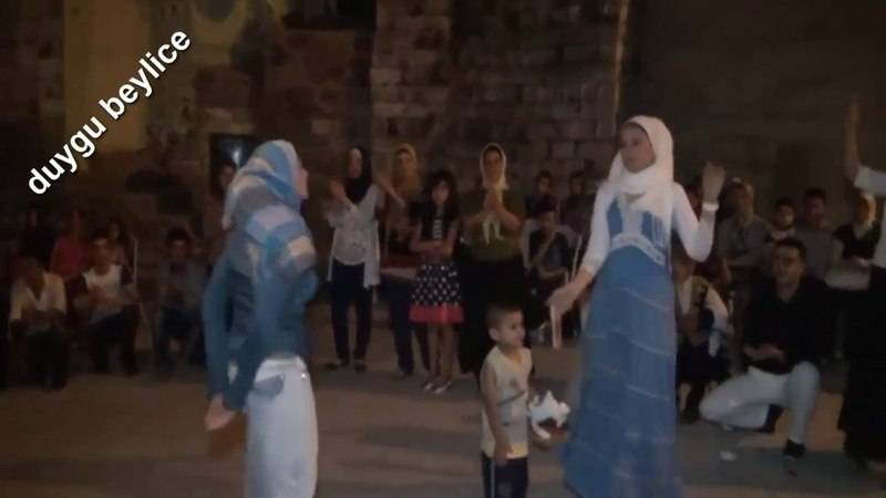 Suriyeli Kadınlar Düğünde Bakın Nasıl Oynuyor Eğleniyor
