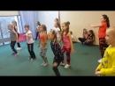 Тренировку в младшей группе dance mix проводит преподаватель Александра Моисеенко(школа танцев БАГИРА ДАНС ДК Чкалова