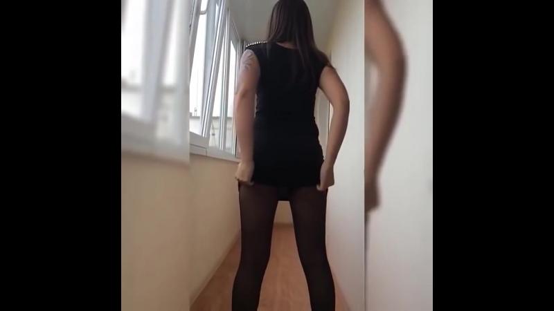 Школьница или студентка в колготках задирает юбку платье и показывает попку трусики ножки в колготках