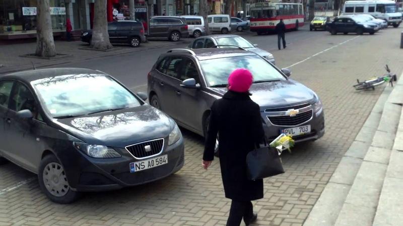 Si-au parcat masinile de-a latul trotuarului - Curaj.MD