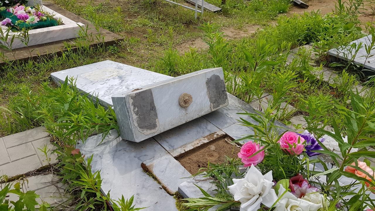 Ураганный ветер повалил деревья и повредил надгробия на кладбище в Колпашевском районе