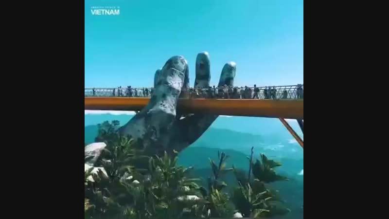 Набирающий все большую популярность вьетнамский золотой мост находится среди гор Ва Ва в саду Thien Thai Garden на курорте Бана