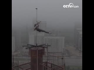 В Воронеже танцовщица исполнила танец на пилоне на крыше 16-этажного здания