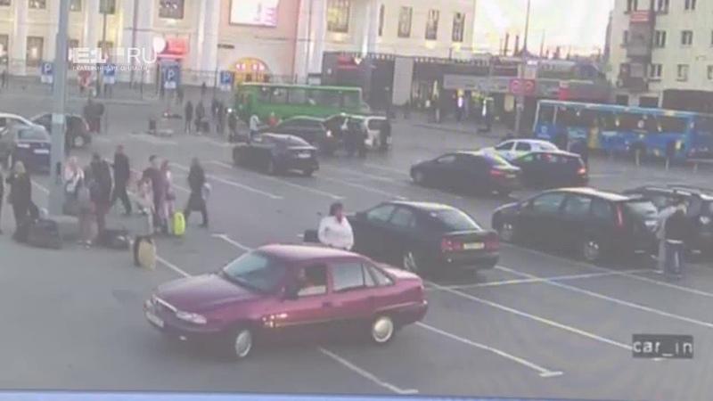 18 Камера наблюдения сняла, как автобус сбил женщину возле вокзала в Екатеринбурге