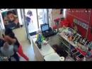 Покупателти скрутили вооруженного грабителя!