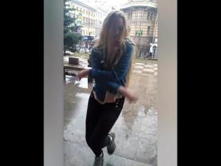 Именно та... танцы под дождем