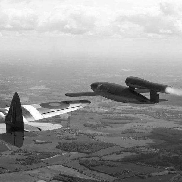Почему ракеты ФАУ-1 не расстреливали, а переворачивали. На фото вы видите воздушный таран Supermarine Spitfireа крылатой ракеты Фау-1. Истребитель цеплял и переворачивал ракету. После чего