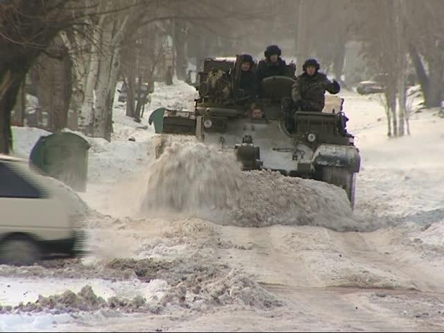 В Горловке снег вышкребают танками