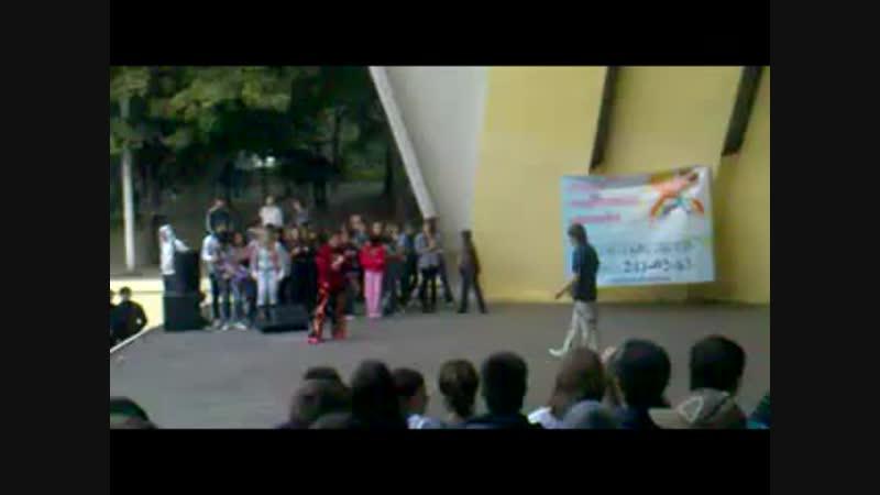 Батл по SHUFFLE НА сцене танцующего города. Я VS Рома.