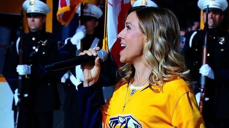 Шерил Кроу исполняет гимн перед 7-м матчем плей-офф между «Нэшвиллом» и «Виннипегом»
