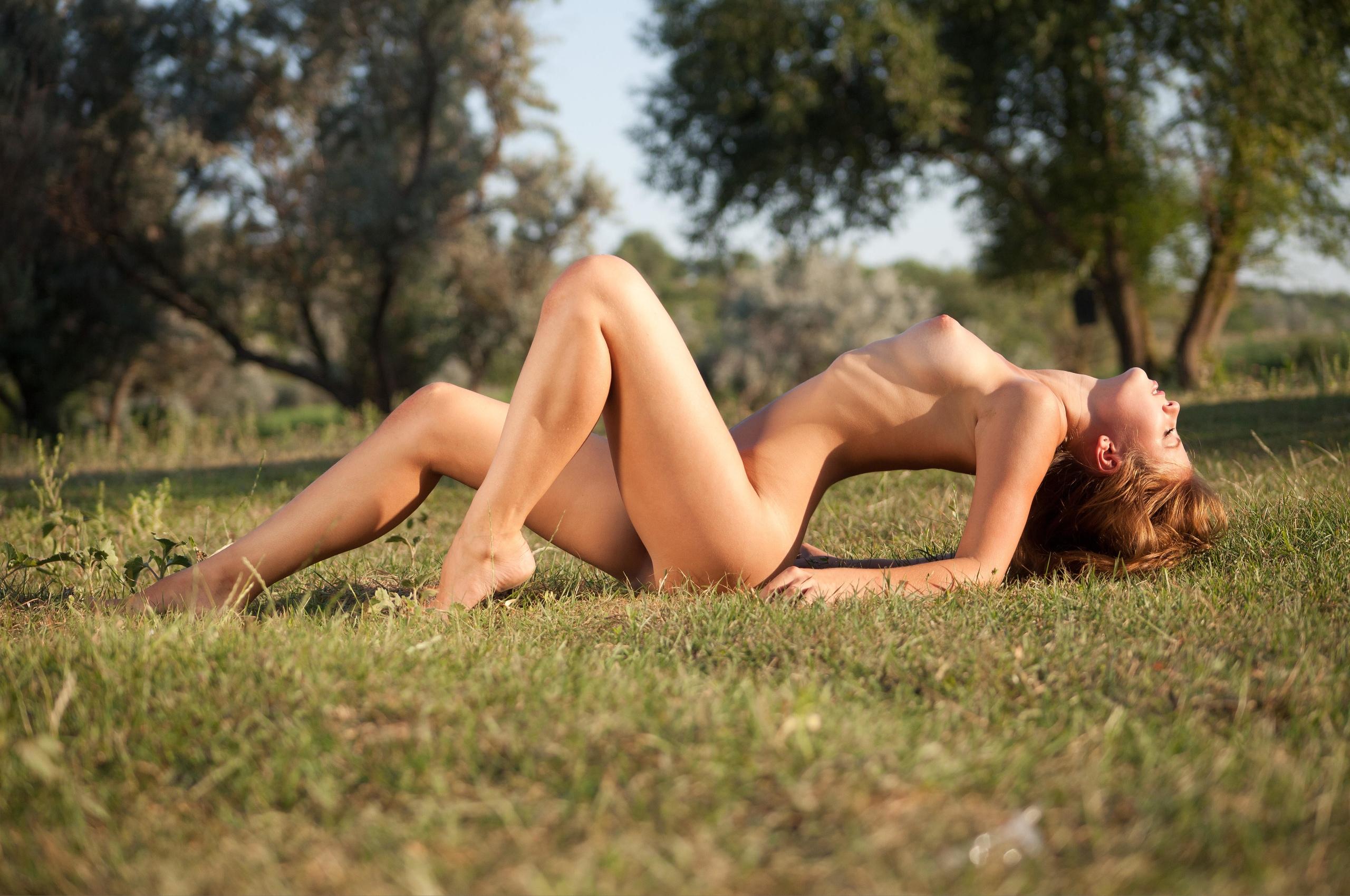 Фото шатенки голышом на свежем воздухе