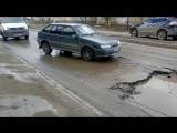 Убитая дорога на улице Качинцев в Волограде