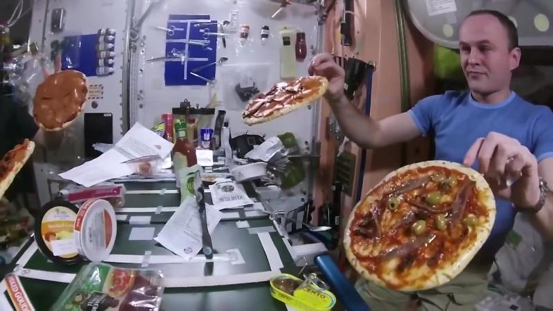 Пицца в космосе. Экипаж МКС развлекается:)) Ролик снят прошлой осенью, судя по составу экипажа...