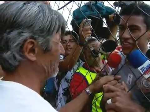06.10.2012 - Paulinho reencontra o pai nos Aflitos após 12 anos e chora