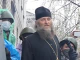 Отец Николай Фоменко на баррикаде