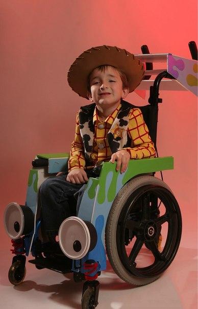 отец создает костюмы для инвалидного кресла своего сына сын лона дэвиса родился с нейробластомой — опухолью в шее — и не может ходить. лон уже несколько лет сам делает сыну костюмы на хеллоуин: