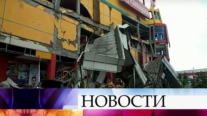 В Индонезии в результате цунами погибли почти четыреста человек.