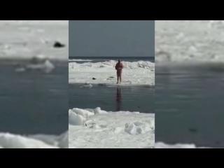 Жор дороже жизни: рыбак покинул дрейфующую льдину только после спасения улова