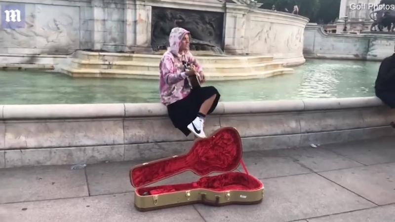 Джастин Бибер поёт серенаду