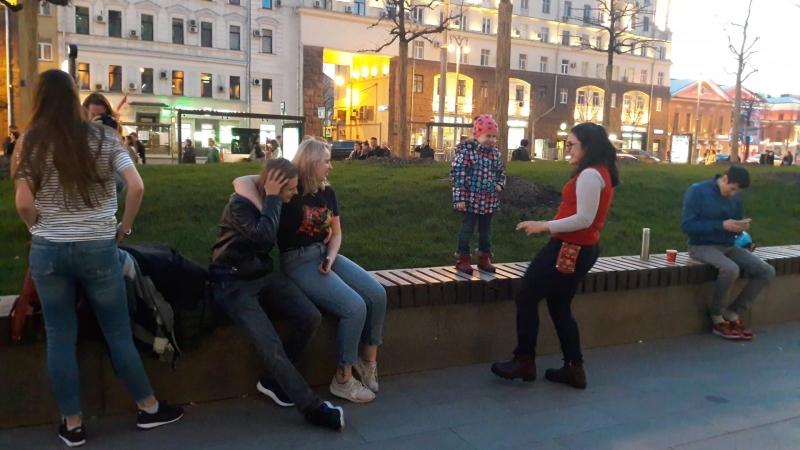 Тверская. Сафийку учат танцевать.