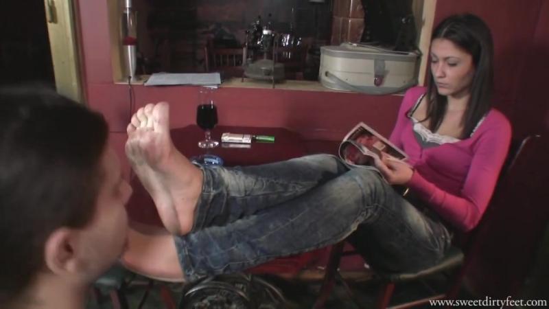 Mistress Lara вылизывает грязные ножки Госпоже licking dirty feet Фут-фетиш Foot fetish