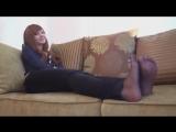 Рыжая тян играет ножками (stocking pantyhose feet foot fetish фут teen малолетка фетиш колготки)