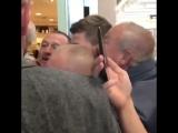 Стиви с фанатами в аэропорту Джона Леннона