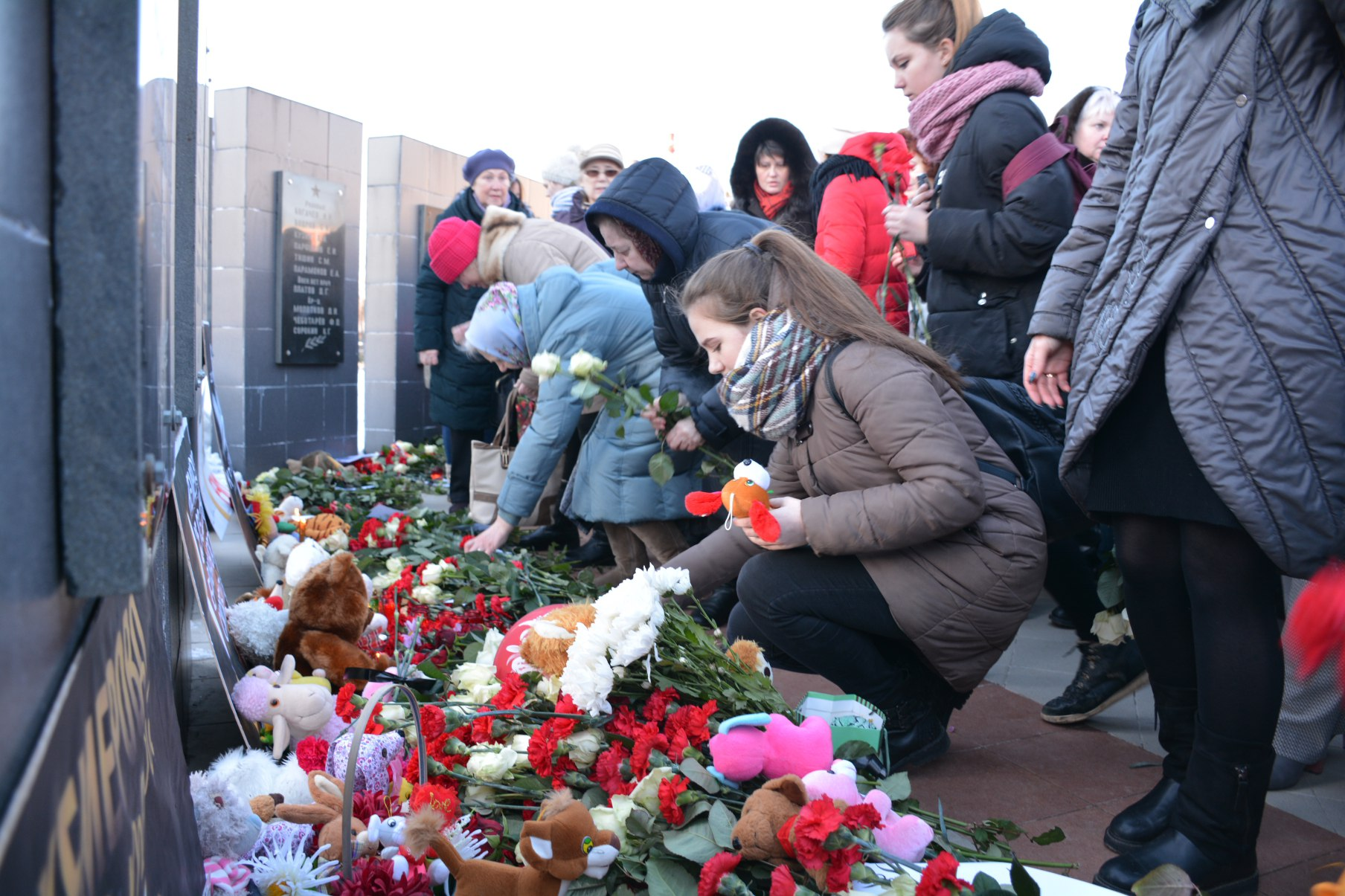 В день национального траура в Балабанове прошел митинг в память о погибших на пожаре в Кемерове