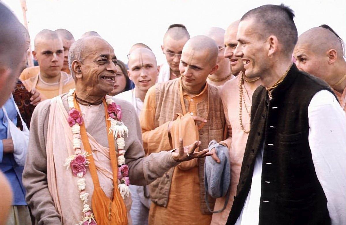Хридаянанда: Вы единственный, Прабхупада, осмеливаетесь критиковать больницы и школы (смех).