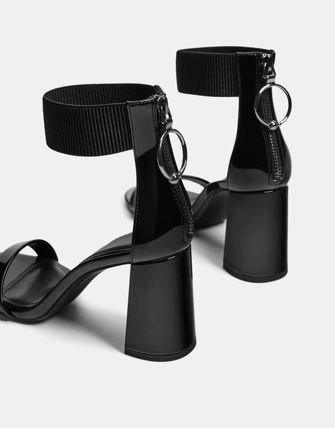 Лакированные босоножки с эластичными деталями, на каблуке