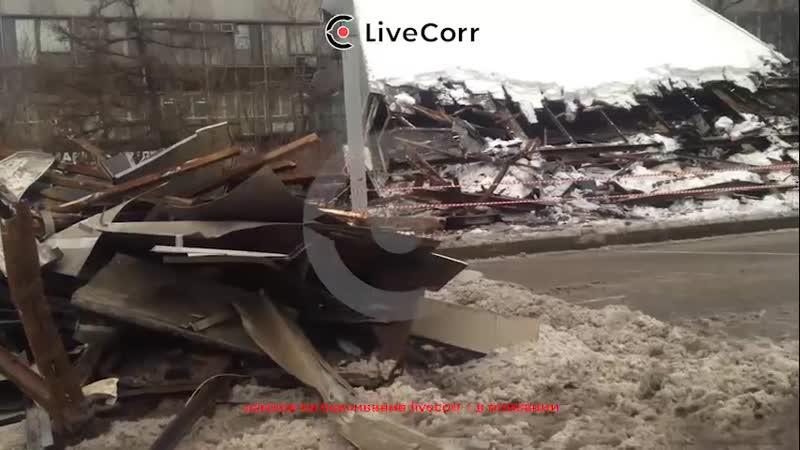 Над входом в здание института в Москве обрушился козырёк