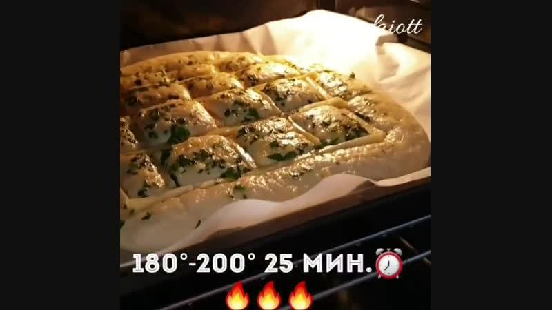 Чесночный хлеб с сыром ингредиенты указаны в описании видео