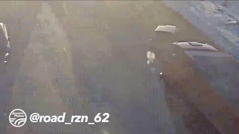 Repost @ road_rzn_62 ・・・ 🚨 ДТП в Рязани КАМАЗ, ПЕРЕВОРОТ 🚔(ул.Бирюзова – ул.Интернациональная) 📅 Дата: 07.03.19  аварии ава
