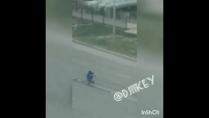 Мужчина закрашивает двойную сплошную в Якутске.11.06.18г