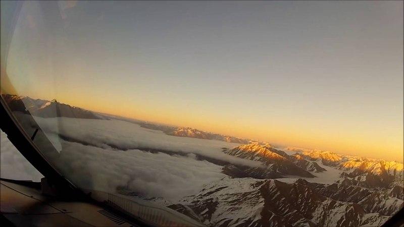 Полет в горах через облака