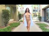 Fiona 3 в коротком халатике на голое тело светит прелестями на улице.