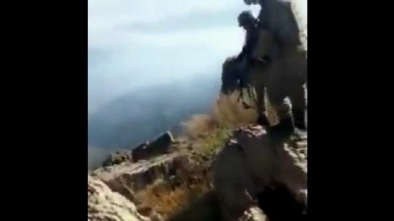 Турецкие солдаты убивают курдских девушек