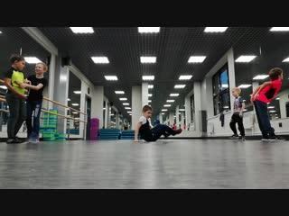 Танцевальная битва между начинающими bboys.