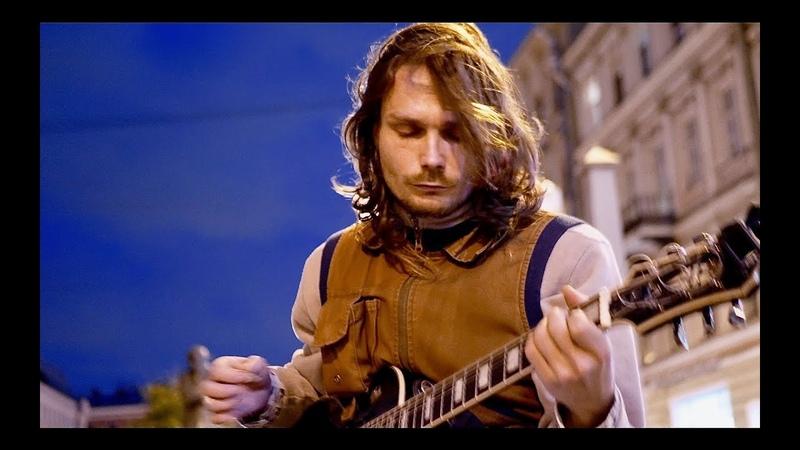 Уличный гитарист круто сыграл блюз. Street guitarist played cool blues.